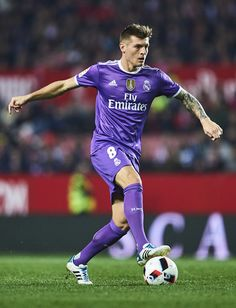 Toni Kroos Photos Photos - Toni Kroos of Real Madrid CF in action during the Copa del Rey Round of 16 Second Leg match between Sevilla FC vs Real Madrid CF at Ramon Sanchez Pizjuan stadium on January 12, 2017 in Seville, Spain. - Sevilla v Real Madrid - Copa del Rey: Round of 16 Second Leg