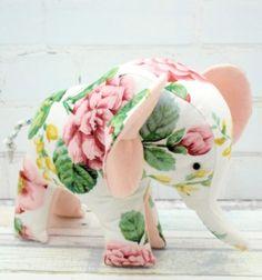 Free floral vintage little elephant toy sewing pattern // Vintage virágmintás kis elefánt - Tilda plüssjáték szabásminta // Mindy - craft tutorial collection