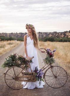Vestidos de novia. Preciosa imagen del modelo Libra, realizado en en lino con adornos en guipur blanco y pequeñas rosas de color superpuestas. Foto: Volvoreta bodas para Oh que luna.