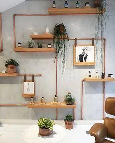 WEBSTA @ casa.pensada - Começando o dia com essa estante mara feita com tubos de cobre e prateleiras, que além de ter a função de armazenamento é super escultural e decorativa. Projeto @estudioprole e @liviazaveri. #estante #bookshelf #shelf #shelves #decor #decoração #decoracion #decorideas #decoración #interior #interiors #interiores #interiorandhome #interiorarchitecture #architecture #instadecor #creativedesign