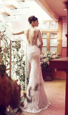 OMG! This backless lace wedding dress is so  amazing