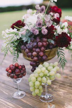 Autumn centerpiece for wedding in october. Arrangement made with grape fruit, small aplles and flowers in white, pink and burgundy color. idea originale per matrimonio autunnale: centrotavola con frutta e fiori