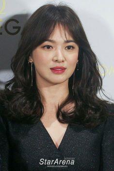 Beauty Song Hye Kyo Long Hair With Bangs, Long Wavy Hair, Curled Hairstyles, Pretty Hairstyles, Song Hye Kyo Hair, Song Hye Kyo Style, Hair Inspo, Hair Inspiration, Korean Short Hair