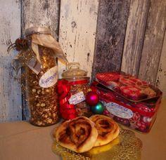 Nussmix aus gebrannten Mandeln und gebrannten Erdnüssen, Kanelbullar (schwedische Nussschnecken) und Knusperschokomüsli.