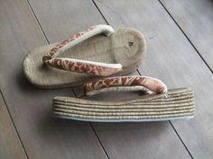 今日は、畳表の草履をご紹介します  手前の茶色い台を「カラス」、奥の白い台を「南部」と呼びます。 …
