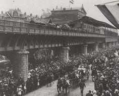 station Rotterdam Blaak stationsgebouw I (1900) middendeel met twee verdiepingen met fronton met uurwerk en versiering. Aan weerszijden een vleugel met gelijke bekroning in de eindgevels als in het middendeel