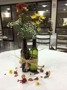 Artesanatos fáceis de fazer recicláveis são encontrados em profusão. Os materiais recicláveis possibilitam infinitas ideias de artesanatos, e para todos os estilos, modelos e necessidades. E como são fáceis você pode produzir com o próprio material que já tem em casa para reinventar as peças. Em cada cantinho do seu lar é possível encaixar essas … Wine Bottle Centerpieces, Floral Centerpieces, Flower Arrangements, Wine Bottle Flowers, 40th Party Ideas, Fun Crafts, Diy And Crafts, New Grandparent Gifts, Wedding Decorations