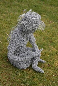 Chicken Wire Sculpture of a girl. Chicken Wire Art, Chicken Wire Sculpture, Wire Art Sculpture, Steel Sculpture, Wire Sculptures, Garden Sculptures, Sculpture Ideas, Diy Garden, Garden Art
