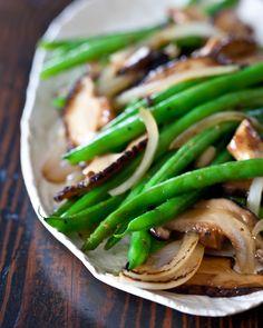 Green Bean and Shiitake Mushroom Stir Fry - Steamy Kitchen Recipes Stir Fry Recipes, Healthy Recipes, Vegetable Recipes, Asian Recipes, Vegetarian Recipes, Delicious Recipes, Chinese Recipes, Delicious Green Beans, Mushroom Stir Fry