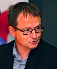 Simon HAMPTON  Assunto da google nel 2008 come direttore alle politiche europee è nato nel 1948. Numerose le sue esperienze lavorative che annoverano anche un ingaggio da parte della commissione europea per gli affari inglesi. Il suo dottorato in matematica si è svolto alla Bristol University, accompagnato da un'altro in materie umanistiche.