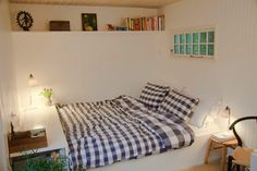 Tiny house; Bed at night / lounge sofa daytime
