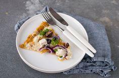 Healthy sweet potato pizza with white cheese and mozzarella Pizza Au Four, Mozzarella, Sweet Potato Pizza, Pizza Legume, A Food, Food And Drink, White Cheese, Thin Crust Pizza, Gluten Free Pizza
