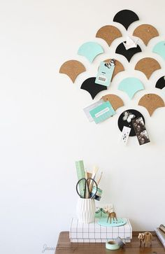 DIY wall of frame Diys, Ideias Diy, Diy Desk, Wall Design, Decoration, Easy Crafts, Home Improvement, Wall Decor, Diy Wall