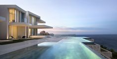 Já pensou mergulhar nessa piscina? Confira dez projetos que incluem paraísos aquáticos como personagens principais de suas construções. Contemplação pura!