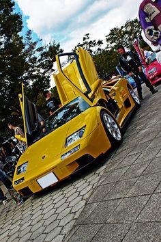 Lamborghini Diablo yellow shit the color of yellow shit