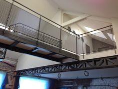 La grange qui deviendra Loft: La pose de l'escalier en métal et les gardes corps de la passerelle Metal Railings, Deck Railings, Stair Railing, Loft Stairs, Pose, Loft Studio, Industrial, Spiral Staircase, Deco Design