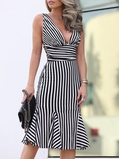 Shop Striped Ruched Plunge Neck Pep Hem Dress right now, get great deals at Chiquebabe Autumn Fashion Grunge, Dress Outfits, Fashion Dresses, Classy Dress, Dress Patterns, Pretty Dresses, Lady, Striped Dress, Sexy Women