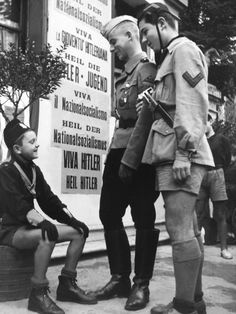 A Hitler Youth (centre) and two Balilli, the Italian Fascist equivalent for younger boys, Padua, north-east Italy in October 1940 World History, World War Ii, Italy In October, Germany Ww2, German Uniforms, Roman History, The Third Reich, Military History, Historical Photos