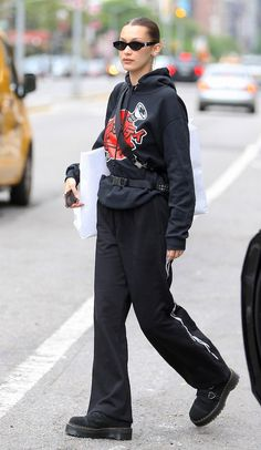 Casual cutie: Bella Hadid, was seen out and about on a solo shopping spree in New York City on Sunday after hanging out with her ex-boyfriend The Weeknd, in Paris earlier in the week Bella Hadid Outfits, Bella Hadid Style, Mrs Bella, Style Invierno, Look Fashion, Fashion Outfits, 90s Fashion, Look Star, Jeans Boyfriend