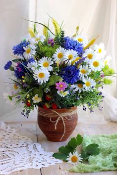 Image shared by Find images and videos about margaritas on We Heart It - the app to get lost in what you love. Little Flowers, Cut Flowers, Fresh Flowers, Wild Flowers, Hanging Flowers, Flower Vases, Beautiful Flower Arrangements, Beautiful Flowers, Garden Animals