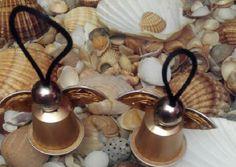 Ángeles de Navidad con cápsulas nespresso de café, abalorio grande, cordón y silicona caliente. Idea para hacer arreglos para el árbol navideño.