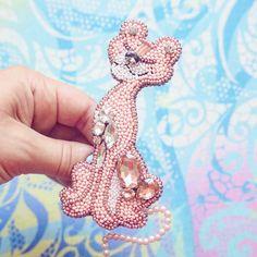 А кто помнит эту киску? Брошь Розовая пантера выполнена на заказ. Один из самых необычных заказов в моей коллекции, поэтому так интересно было его делать. Похожа? Цена подобной 1200 руб ______________________________ #брошьпантера #брошьрозоваяпантера #розоваяпантера #мультфильмрозоваяпантера #фильмрозоваяпантера #брошьназаказ #назаказ_воробушки #розовый #лето #моднаяброшь #wow_biser #handemade_prostor #handmade_ru_jewellery
