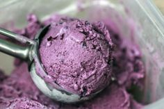 Maple-Blueberry Buttermilk Ice Cream: It tastes like… well, like you're eating a blueberry cake. Rich and creamy with a hint of maple and bursts of juicy blueberries. Cold Desserts, Dessert Drinks, Frozen Desserts, Frozen Treats, No Bake Desserts, Just Desserts, Buttermilk Ice Cream, Cooking Ice Cream, Gluten Free Ice Cream