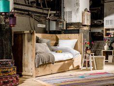 Mooie bedbank van gebruikt steigerhout | scaffolding wooden bedbank | http://www.livengo.nl/steigerhouten-kajuitbed | #steigerhout #tienerbed #slaapkamer #livengo