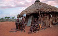 Una famiglia Hamar davanti alla sua casa, valle dell'Omo, Etiopia. La diga Gibe III distruggerà i mezzi di sussistenza del suo popolo.
