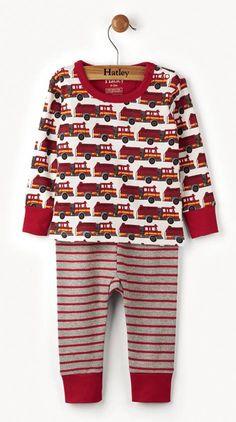 2-delige jongens pyjama brandweer van het kinderkleding merk Hatley. Een leuke jongens pyjama uit 2 delen met een beige t-shirt met daarop een print van brandweer wagens. De ronde hals en de uiteinde van de mouwen zijn afgewerkt in het rood.  De broek heeft een grijze kleur en is rood gestreept.