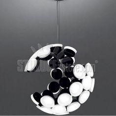 Artemide Scopas generata dalla ripetizione di un modulo elementare, Scopas materializza una sfera incompleta, in sospeso. Struttura in alluminio verniciato nero Disponibile nella colorazione: bianco e nero.