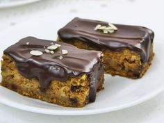 Brzi kolač sa bundevom i orasima Cooking Recipes, Healthy Recipes, Healthy Food, Chocolate, Caramel Apples, Delicious Desserts, Nom Nom, Pudding, Cupcakes