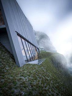 Maison atypique dans un décor montagneux ©Matthias Arndt