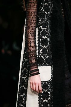 Womens Fashion - The complete Valentino Fall 2015 Ready-to-Wear fashion show now on Vogue Runway. Moda Fashion, I Love Fashion, Fashion Details, Passion For Fashion, Fashion Show, Womens Fashion, Fashion Design, Fashion Pics, Glamour