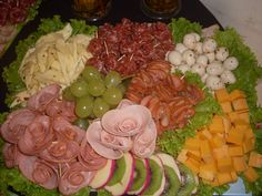 Meat And Cheese Tray, Meat Trays, Fruit Party, Party Food And Drinks, Buffet Frio, Food Garnishes, Veggie Tray, Carne Asada, Appetisers