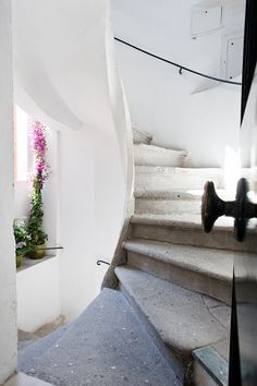 stone staircase and white theme Interior Stairs, Interior Architecture, Beautiful Space, Beautiful Homes, Concrete Stairs, Million Dollar Homes, Spiral Staircases, Vogue Living, Interior Decorating