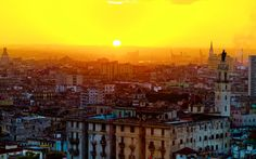Havana er trods sit forfald, en charmerende by. Polo Norte, Varanasi, Havana, Paris Skyline, Sunrise, Graphic Design, Places, Travel, Apollo