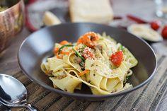 Ich liebe One Pot Rezepte: bei dieser Variante bereite ich Nudeln aus Karotten und Zucchinis für eine frische Bandnudelpfanne zu.