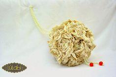 Ramo esférico en satén beige y con perlas. 100% confeccionado a mano.