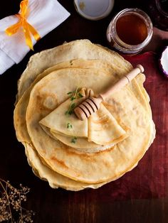My husband makes me the best crepes. I need to learn how myself. How To Make French Crepes by Spicie Foodie Breakfast And Brunch, Breakfast Recipes, Breakfast Dessert, Recipes Dinner, Crêpe Recipe, Basic Recipe, Homemade Crepes, Little Lunch, Gastronomia