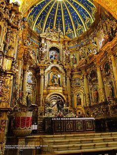 Barroco quiteño: altar de la iglesia de San Francisco de Quito, contiene varias piezas de caracter religioso y su extraordinaria belleza se debe a las manos habiles de los indigenas que participaron en su construcción a más de que esta bañado en pan de oro.