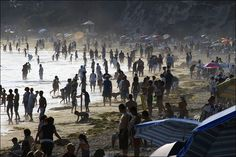 Los Angeles, USA - thousands relax on a hot summer's day at Laguna Beach, California (by Ivan Lo)