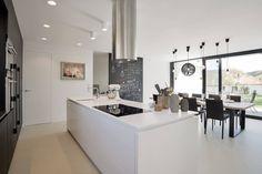 Vysoká část kuchyně je provedena ve stejném materiálu jako obložení ve vstupní hale foto: Martin Zeman | DATELIER