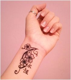 Here view cute collection of neck tattoo designs for girls.Flower tattoo designs for neck. Tribal Wrist Tattoos, Inner Wrist Tattoos, Cute Tattoos On Wrist, Flower Wrist Tattoos, Wrist Tattoos For Women, Trendy Tattoos, Small Tattoos, Wrist Flowers, Tattoo Flowers