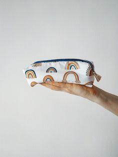 Estuche grande, ideal para la vuelta al cole, como idea regalo o también como neceser. En su interior lleva una etiqueta bordada a mano, con espacio para poner el nombre. #estuche #estuchegrande #estuchelapices Cuff Bracelets, Cool Stuff, Interior, Bags, Jewelry, Large Pencil Case, Cotton Canvas, Glitter, Cosmetic Bag