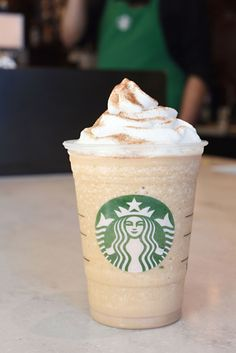 Starbucks Cinnamon Roll Frappuccino: ask for a vanilla bean creme frappucino with pumps cinnamon dolce syrup White Chocolate Syrup, Café Chocolate, Copo Starbucks, Pink Starbucks, Frappuccino Flavors, Starbucks Frappuccino, Starbucks Secret Menu Drinks, Starbucks Recipes, Starbucks Food