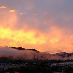 虹の反対側はこれまた幻想的な景色 昨日まで暑かったが今日は暴風雨 明日は晴れそうだ #はつかいち #びっくり天気 #景色 by take55