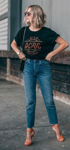 Básica e cool: 9 formas de dar um up na calça jeans. T-shirt de banda, calça jeans , sandália de duas tiras laranja
