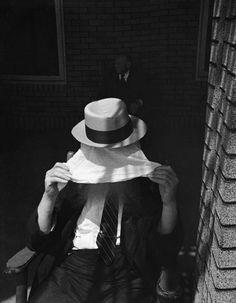 © Saul Leiter - Hiding, 1936