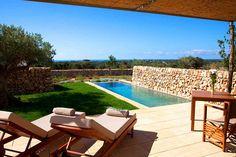 Das Vier Sterne Land Hotel Torralbenc in Alaior im Süden der Insel Menorca ist ein wunderschön renovierter, typisch menorquinischer Bauernhof. Das Fincahotel auf Menorca erstrahlt in purem Weiß und bietet seinen Gästen einen himmlischen Urlaub in luxuriösen, freundlichen Zimmern und in herrlicher, mediterraner Natur. Die Ruhe, die in diesem exklusiven Landhotel herrscht, ist bemerkenswert und garantiert pure Entspannung und Erholung.